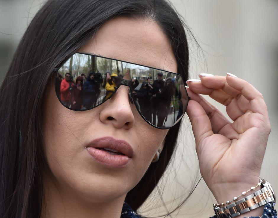 """Emma Coronel, esposa de """"El Chapo"""", y cómo pasó de ser la """"diva"""" del juicio a supuesta conspiradora"""