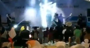 """Video: así arrasó el tsunami al grupo musical """"Seventeen""""y fans en Indonesia"""