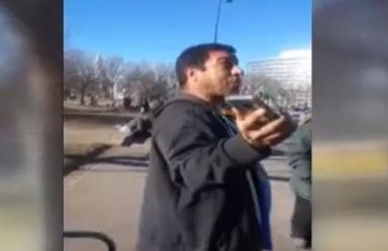 Racista acosa a mexicana en parada de bus por hablar en español