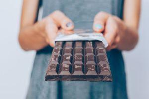 Comer chocolate negro todos los días mejora la salud cardiovascular