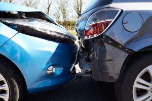 ¿Debo mantener o entregar mi auto chocado a la compañía de seguros?