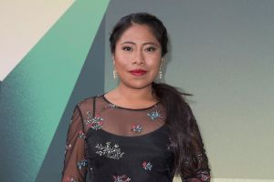 Yalitza Aparicio sufre percance con su camioneta en plena carretera
