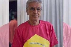 El desafío de Caetano Veloso al presidente de Brasil, al vestirse de rosado