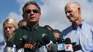 """Tiroteo en Parkland: gobernador de Florida suspende por """"sus errores"""" al alguacil del condado Broward"""