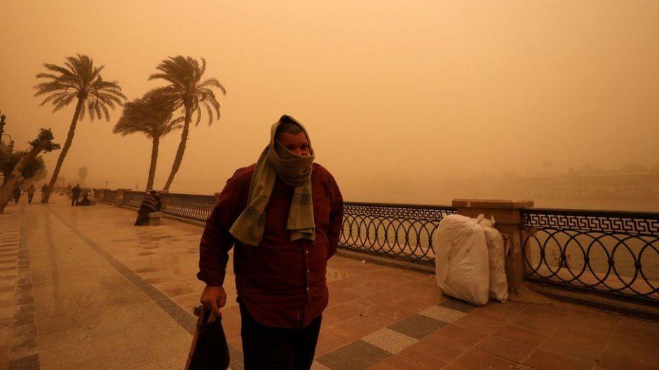 En fotos: las espectaculares imágenes de la tormenta de arena que convirtió El Cairo en naranja