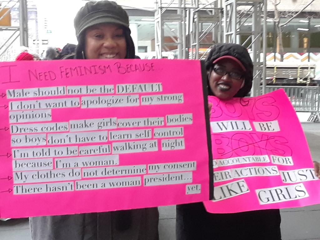 Un par de manifestantes en la 6ta Avenida de Manhattan