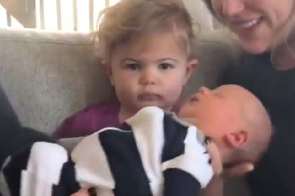 Conoce a su hermano recién nacido y su reacción se hace viral