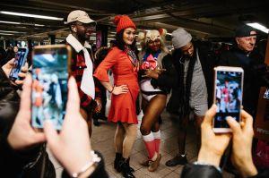 Neoyorquinos desafían al invierno para subir al metro sin faldas o pantalones