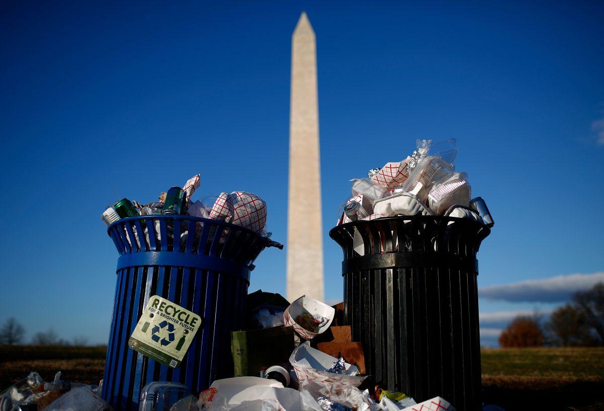 La basura y excremento se acumulan tras casi 12 días del cierre de Gobierno de Trump