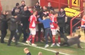 Video: Aficionado golpea los testículos de un jugador al intentar festejar un gol con su equipo
