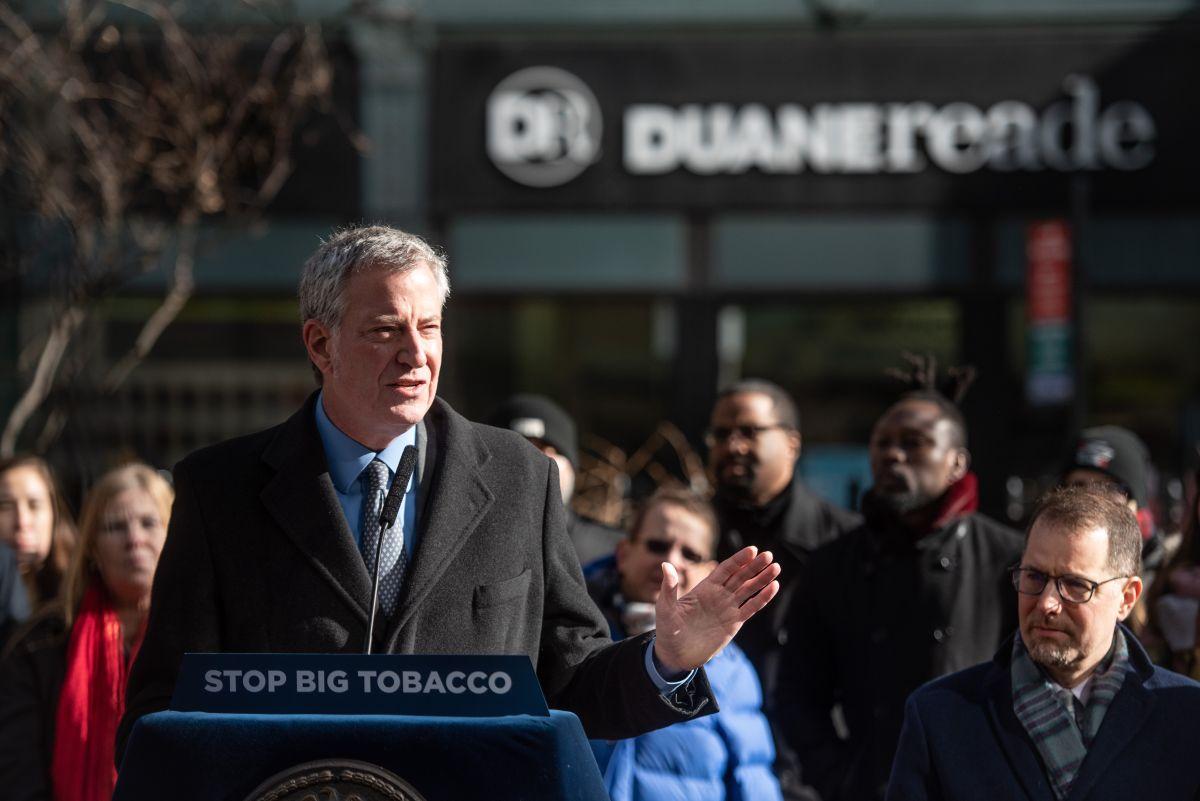 Alcalde celebra ley que prohíbe vender cigarrillos en farmacias de NYC
