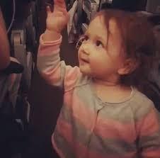 Una niña pequeña conquista las redes sociales y se convierte en viral, todo por su feliz actitud
