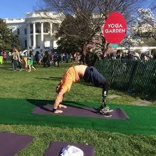 Dan Nevins practica yoga al aire libre.