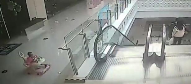 Bebé cae desde andador por escaleras eléctricas debido a descuido de su madre