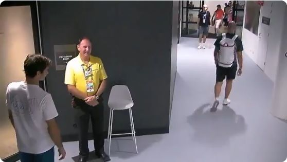 Video: guardia impide acceso a Federer en Australia por algo que no imaginas