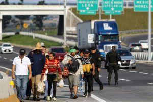 Activistas en Los Ángeles recaudan ayuda para inmigrantes en albergues en México