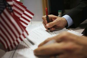 """Trump ordena castigar a inmigrantes que patrocinen a extranjeros que sean una """"carga pública"""""""