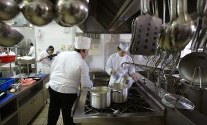 Por hablar español despiden a cocinera latina de reconocido restaurante italiano