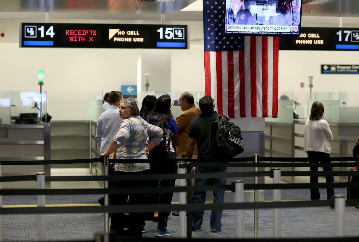 Mujer se desnuda en plena zona de recogido de equipaje en Aeropuerto Internacional de Miami, Florida