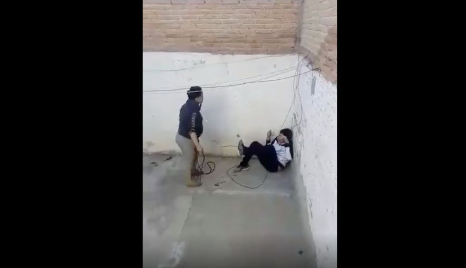 Madre golpea a su hijo con cable de la luz; padrastro la denuncia
