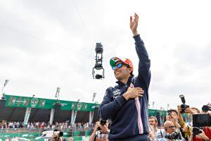 Video: El piloto Sergio Pérez prueba suerte como pitcher pero pierde la brújula