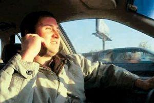 Malas costumbres: cada vez más conductores utilizan sus celulares al manejar