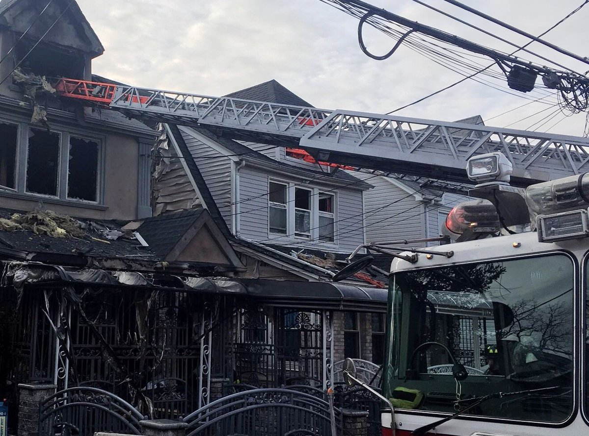 Mujer muerta y bebé herido en incendio de tres casas en Queens