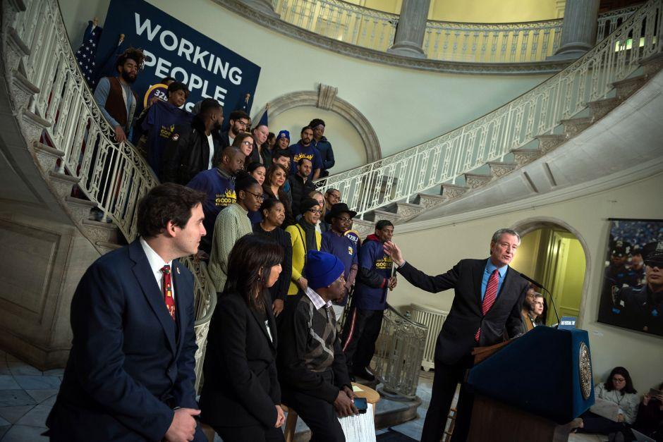 Alcalde propone pagar dos semanas de tiempo personal a trabajadores en NYC