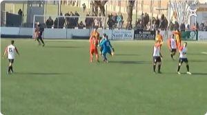 Video: Portero patea a un árbitro por anularle un gol de último minuto