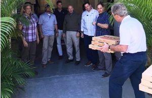 Ex presidente Bush dona pizzas a sus escoltas y pide fin del cierre federal