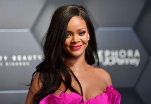 Rihanna luce sus piernas de tentación y un poco de side boob posando en entallado vestido