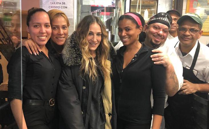 La visita de Sarah Jessica Parker al Alto Manhattan para comer pollo dominicano