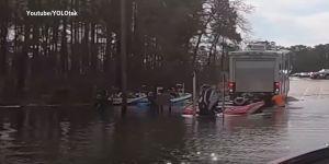 Un perro le da a la reversa y manda el auto del dueño dentro de un lago en Texas