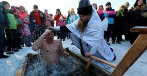 """La tradición y los beneficios de bañarse en """"hielo"""" a pesar de las bajas temperaturas"""