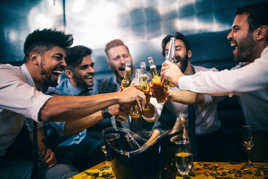 Cuando están borrachos, los hombres se sienten atraídos por otros hombres