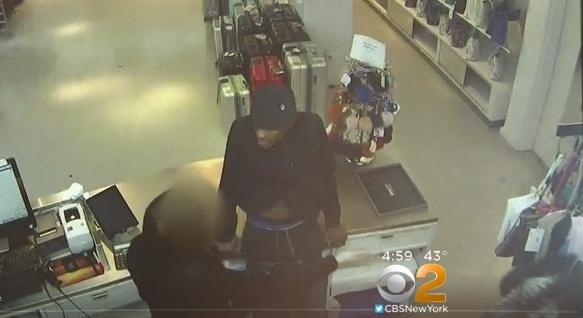 Pervertido se baja los pantalones y pide sexo oral a empleada en tienda de Nueva York