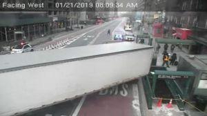 Remolque de camión se estrella contra estación del metro en Manhattan