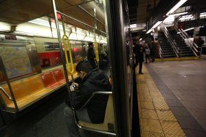 Encuentran cadáver de un joven en el Metro de Nueva York y a un pasajero herido en los rieles