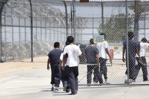 """ICE se defiende de informe sobre muertes y """"crueldad"""" en centros de detención de inmigrantes"""