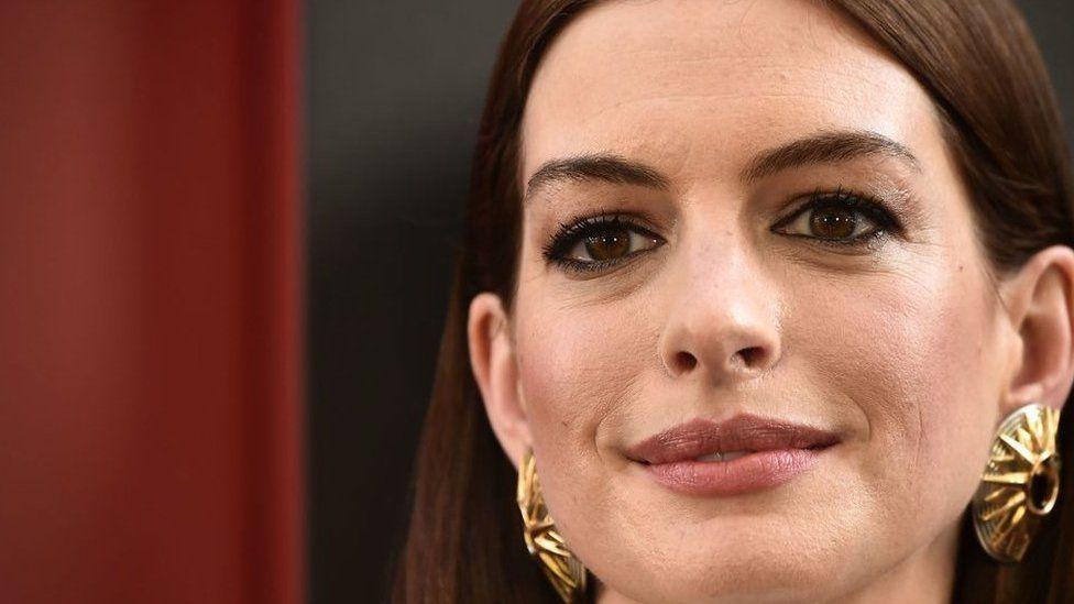 Anne Hathaway es una madre dedicada.
