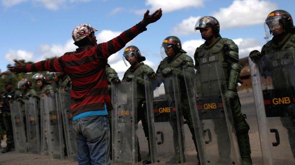 El gobierno de Nicolás Maduro cerró la frontera con Brasil.