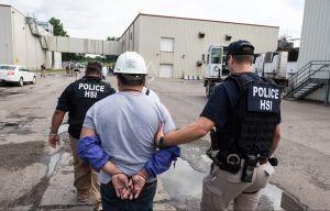 Demandan a ICE por detener a trabajadores hispanos sólo por el color de su piel