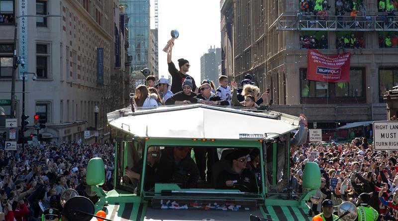 Los Patriots celebran con su afición el título del Super Bowl en autos anfibios