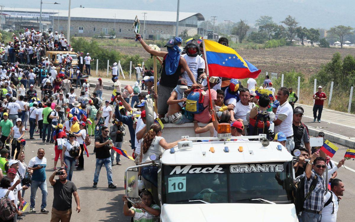 Venezolanos arman corredor humano en frontera colombiana para ingresar ayuda