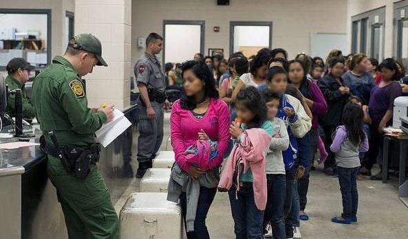 Trabajadores de Wayfair protestan ventas a campamentos en la frontera