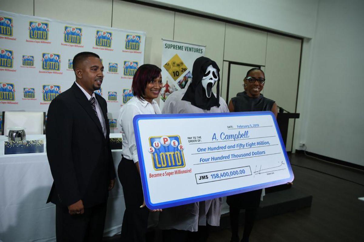 Ganador de lotería recibe premio con una máscara para evitar la codicia de su familia