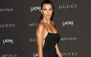 Kourtney Kardashian se metió al baño y se mostró con un seductor conjunto de lencería blanca
