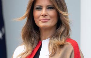 ¿A quién dedica Melania Trump mensajes de despedida y bienvenida casi al mismo tiempo?