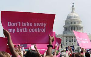 Juez federal bloquea nueva norma de Trump que buscaba obstaculizar más el aborto en EEUU