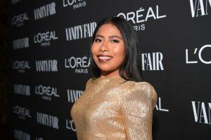 Yalitza Aparicio brilla con un vestido dorado para la fiesta de Vanity Fair y se lleva todas las miradas de Hollywood